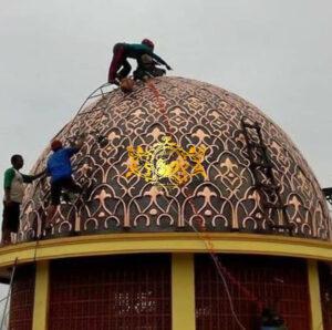Pemasangan kubah masjid tembaga di klien